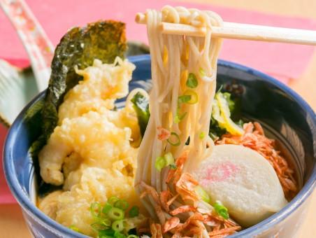 7.蕎麦群_食べる女