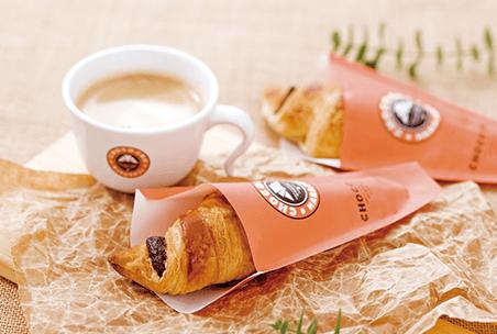 チョコをクロワッサン生地で包んだチョコクロがおすすめ。1杯ずつ淹れたコーヒーとともに、落ち着いた空間でお楽しみください。